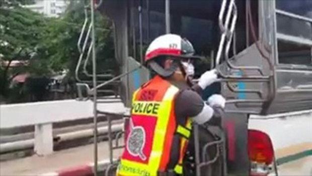 ประทับใจ! ตำรวจไทยใจดีช่วยเข็นรถคุณลุงโซเฟอร์สองแถวสาย 1 จ.โคราช