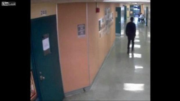 เปิดคลิป ! เจ้าหน้าที่โรงเรียนบีบคอเด็กชาย แล้วลากไปตามทางเดิน อ้างว่าจะพาเด็กไปส่งห้องเรียน
