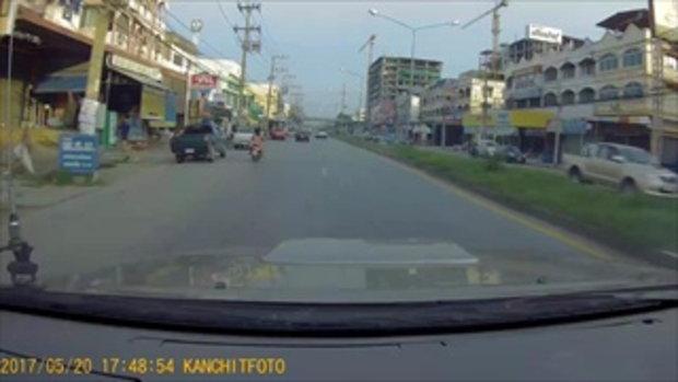 หัวร้อนกลางถนนอีกแล้ว!! ปิกอัพรัวหมัดชกหนุ่มขับเก๋งกลางถนน หลังปาดหน้ากันไปมา (คลิป)