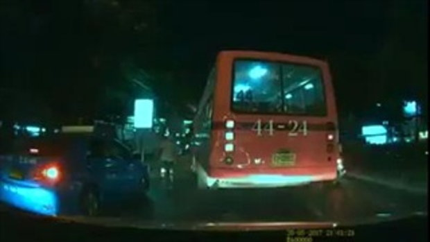 ทำแบบนี้ก็ได้เหรอ คลิปแฉรถร่วมสาย 44 ปาดหน้าแท็กซี่ ทั้งโชเฟอร์-กระเป๋าวิ่งลงจากรถมารุมด่า