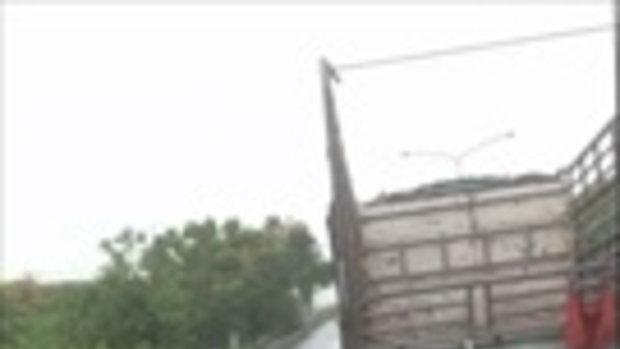 ทำดีต้องชม!!! ฝนตกถล่มจนน้ำท่วมทั่วกรุงเทพ แต่กลับยังมีตำรวจจราจรดีๆคอยให้บริการประชาชน