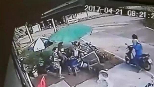 อุบัติเหตุซ้ำซ้อนรถผีสิง ชนแล้วยังวิ่งมาถล่มร้านโจ๊กเละ