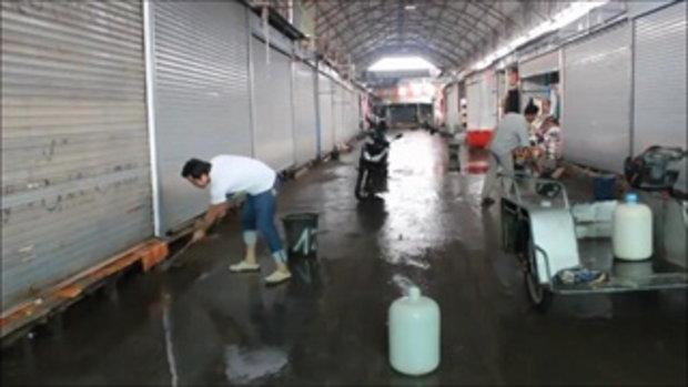 พ่อค้าแม่ค้า เร่ง!! เก็บกวาดดินโคลนหลังน้ำท่วมตลาดโรงเกลือ สุดเศร้าต้องนำเสื้อเปียกน้ำไปทิ้ง