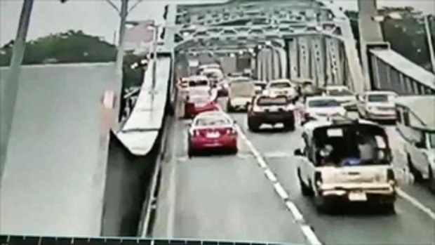 คลิป นาที เหล็กกั้นเปิด-ปิด สะพานกรุงเทพ เสียบทะลุ รถแท็กซี่ โชเฟอร์ วัย 67 สาหัส