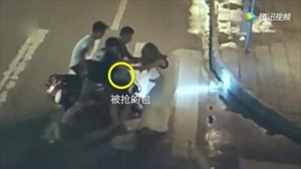 สาวจีนเดินถนนคนเดียว ถูกกลุ่มชายลวนลามก่อนฉกกระเป๋า