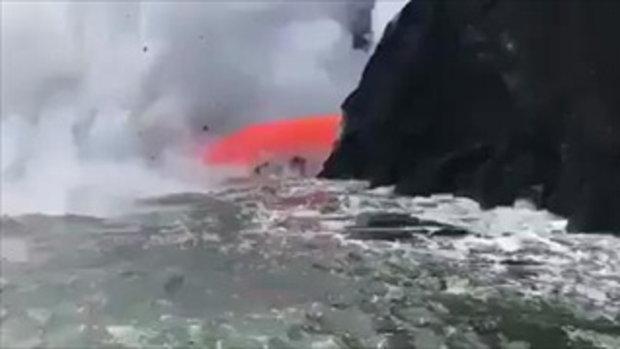 หาดูยาก! ลาวาไหลทะลักลงทะเล