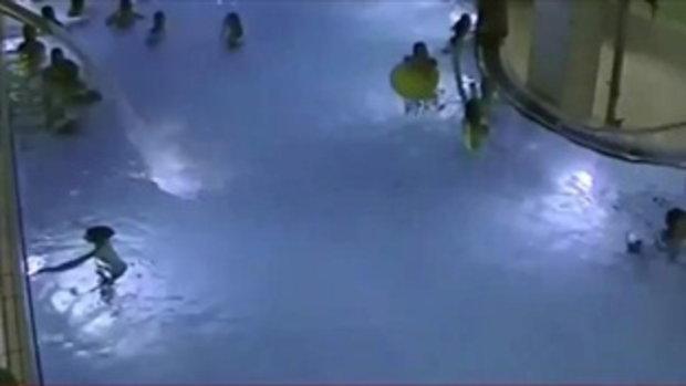 เผยคลิปช็อก แม่มัวแต่อบซาวน่า ปล่อยลูกชายว่ายน้ำคนเดียวจนเกือบตาย