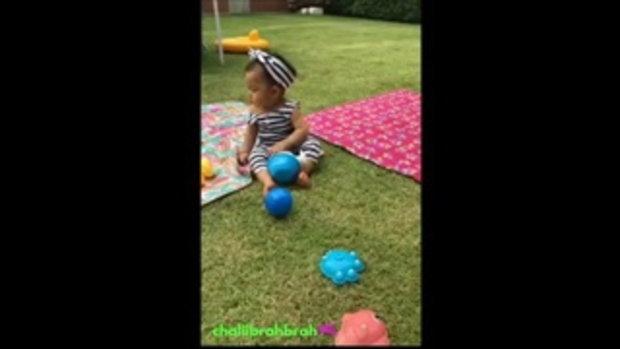 เป่าเปา นั่งเล่นสนามหญ้าชิลๆ แถมยิ้มหวานคอหดน่ารักจัง