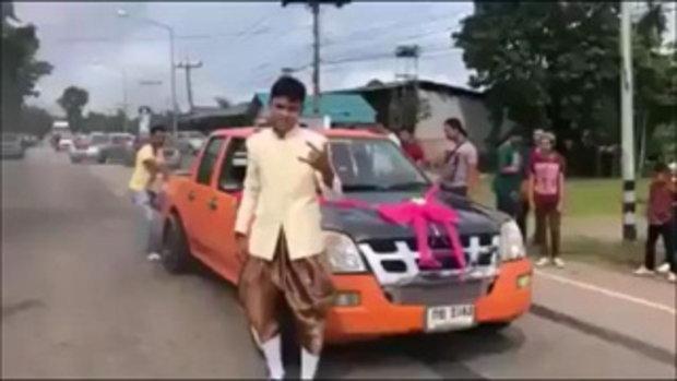 ชาวเน็ตวิจารณ์สนั่น! ขบวนขันหมากรถซิ่ง เบิร์นยาง บนถนนควันโขมง ไม่สนใจชาวบ้าน