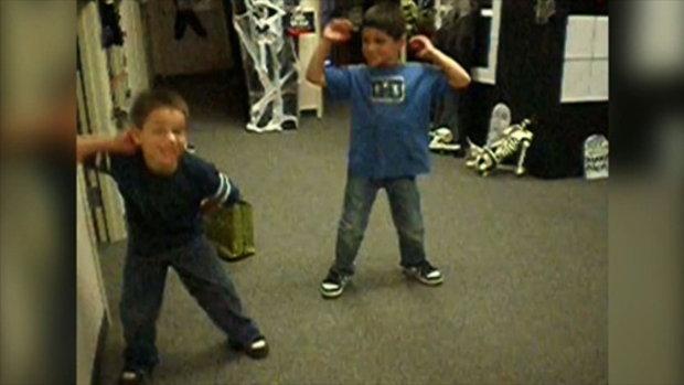 ในบรรดาท่าเต้นแปลกคงไม่มีใครเกินสองหนุ่มนี้เป็นแน่