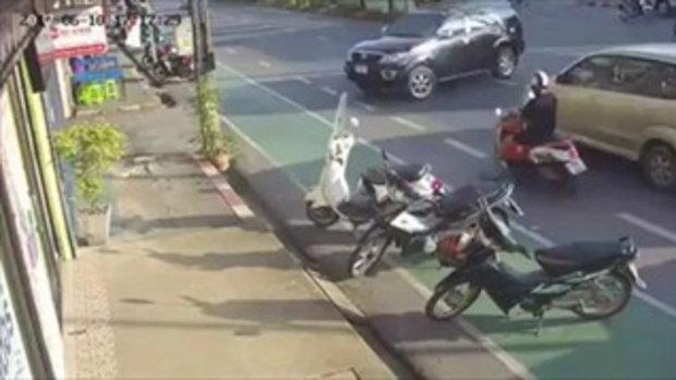 อุบัติเหตุ! รถเลี้ยวเข้าซอย รถจักรยานยนต์ เลนซ้ายมาเร็ว..หยุดไม่ทัน (โชคดีที่สวมหมวกกันน็อค)