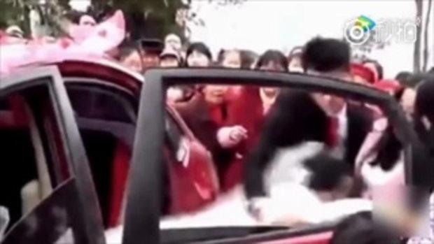 แชร์สนั่น คลิปเจ้าบ่าวเดือดจัด กระชากเจ้าสาวลงจากรถ ฉุนเรียกสินสอดแพง