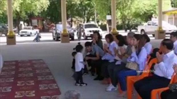 โถ...น่าเอ็นดู! น้องมะลิเห็นน้องเดินไปใกล้พระ เลยไปเรียกน้องให้ออกมานั่ง น่ารักเชียว