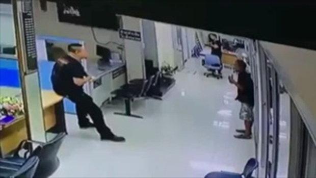 จบด้วยดี หนุ่มเครียดถือมีดบุกโรงพัก เจอตำรวจกอดปลอบ