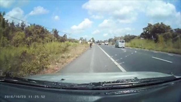 ดูไว้เป็นอุทาหรณ์! เมื่อรถเครื่อง ตัดหน้ากระบะขับพุ่งมาอย่างเร็ว ทำให้กระบะพุ่งชน กระเด็นใส่รถอย่างร