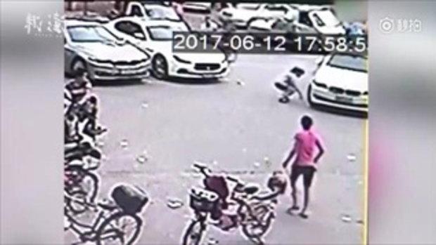 หวิดดับ! อาตี๋น้อยถูกรถเหยียบ หลังแม่ปล่อยนั่งกลางถนนเพราะงอแงใส่