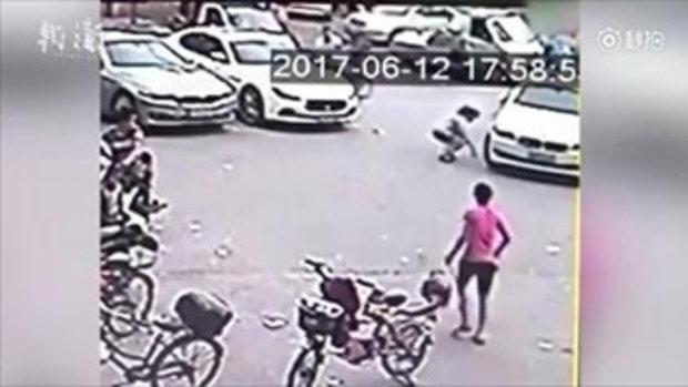 อาตี๋น้อยน่าสงสาร หวิดถูกรถเหยียบ เพราะงอแงแม่ปล่อยนั่งกลางถนน