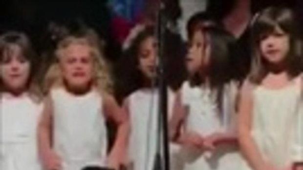 ดีวาตัวน้อย! คุณลูกสาวร้องเพลงบนเวที อินเนอร์เธอมาเต็ม คนดูทั่วโลกกว่า 14 ล้านวิว