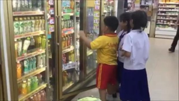 น้องแทน หนุ่มเซเว่นเลี้ยงขนมเด็กเปิดใจ คิดถึงตอนเป็นเด็กอยากกินแล้วไม่มีตังค์ซื้อ