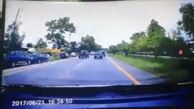 หักหลบแทบไม่ทัน! ยางล้อรถหล่นจากท้ายปิกอัพ กระเด็นใส่กระจกหน้าคันหลัง