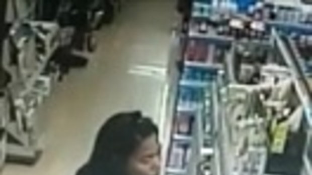 รู้มั้ยว่ามีกล้อง! 2 สาวแสบขโมยของในร้าน มองซ้ายมองขวา มีการปรึกษากันด้วย