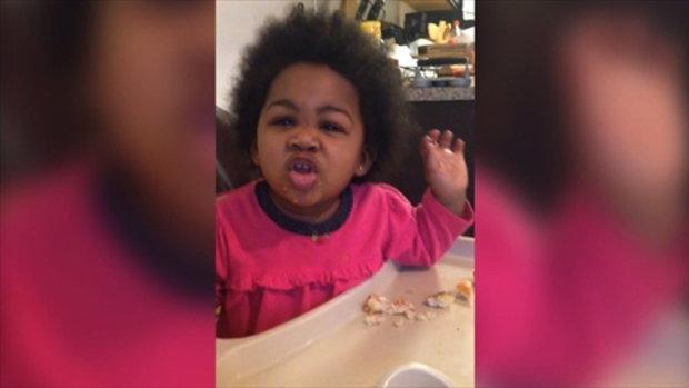 สาวน้อยสุดน่ารักบนโต๊ะอาหาร