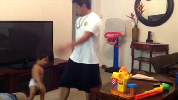 พ่อลูกเขาเล่นกันแค่เป่าปิ๊ดปี่ปิ๊ดก็สนุกแล้ว
