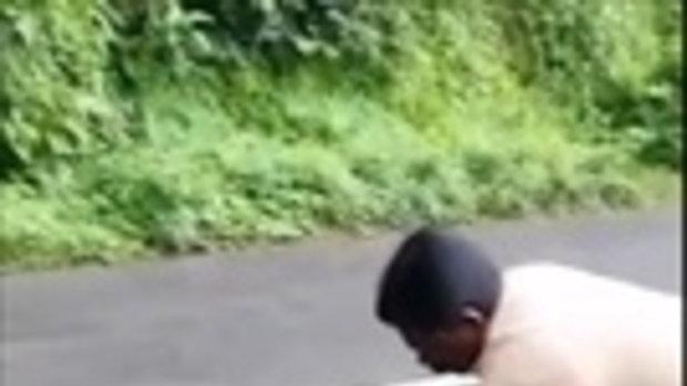 สยอง !! นาทีชาวบ้านจับ งูเหลือม คายแพะ 2 ตัวที่โดนเขมือบ ออกจากท้อง