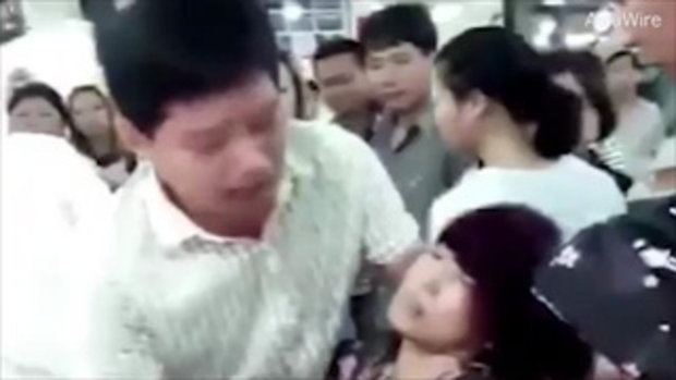 นาทีเป็นลม สาวจีนทำกำไลหยกราคา 1.5 ล้านบาทแตกหัก เจ้าตัวช็อคเป็นลมล้มวูบ ด้านชาวเน็ตแฉราคาจริง