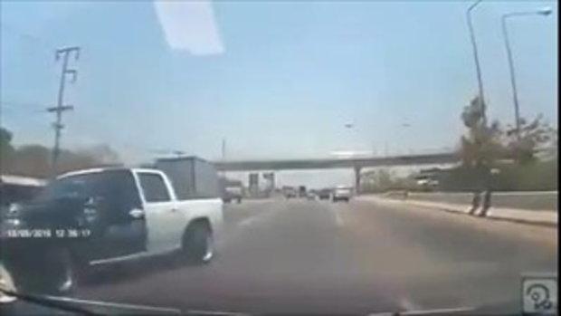 นาทีกระบะเลี้ยวสะบัด รถผู้โพสต์มีสติเลี้ยวหลบทัน !! #ครั้งหน้าโชคอาจไม่ดีแบบนี้