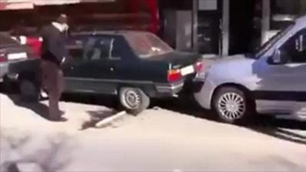 คิดได้ไง !!! วิธีเอารถออกจากการถูกรถจอดประกบหน้าหลังในระยะประชิด