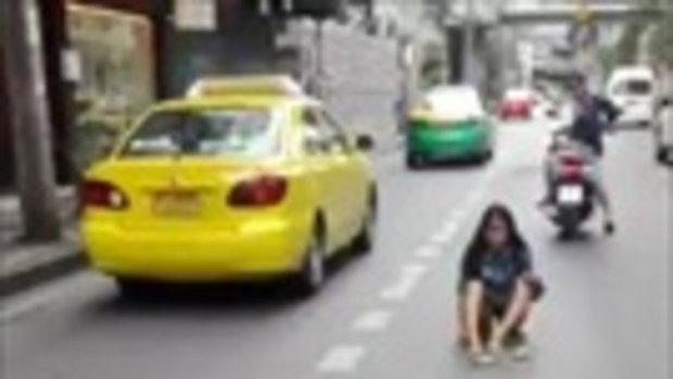 เกิดเหตุ! หญิงสาว นั่งขวางกลางถนน รถเมลม์มาด้วยความเร็วเสียหลักเกือบเฉี่ยว