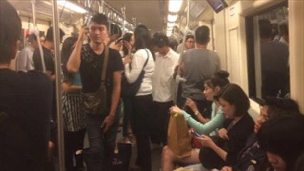 """มันส์อยู่คนเดียว! แชร์คลิปหนุ่มใส่หูฟังร้องเพลง """"ผู้สาวขาเลาะ"""" ลั่นทั้งรถไฟฟ้า"""