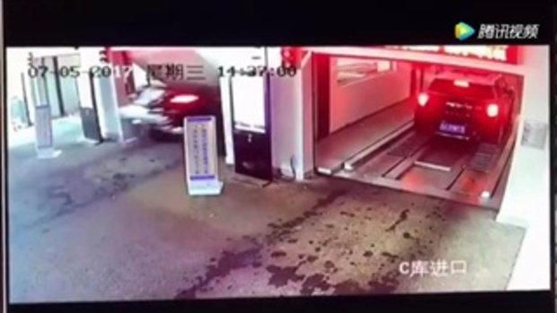ภาพสะพรึง! รถเบนซ์พุ่งทะลุลิฟท์ ร่วงตกไปต่อหน้าต่อตา