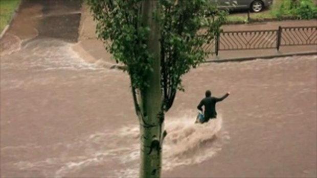 ปล่อยให้ไหลไป !!! ผู้หญิงข้ามถนนฝ่ากระแสน้ำเชี่ยว พลาดล้มถูกพัดหายไปกับสายน้ำ