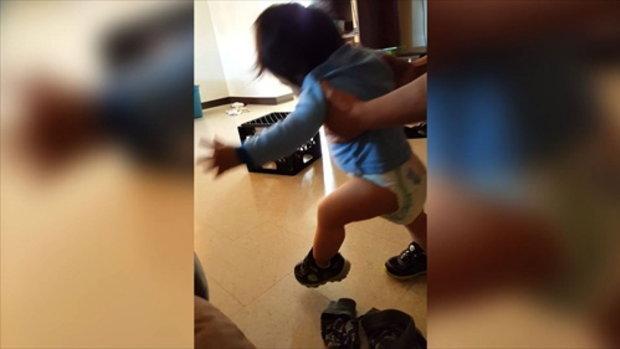 ทารกน้อยหัดเดินทั้ง ๆ ที่ใส่รองเท้า