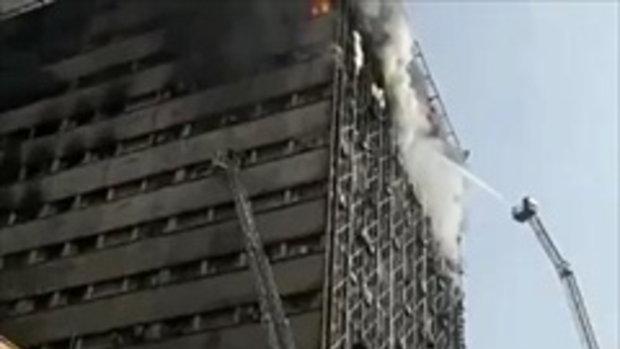 ดูไว้เป็นอุทาหรณ์ นักดับเพลิงกำลังฉีดน้ำดับไฟไหม้ตึก แต่แล้วกลับเกิดเรื่องเศร้า!