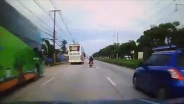 หวิดถูกรถบัสเหยียบซ้ำ!!! เด็กนักเรียนหญิงซิ่งรถไปเรียน แต่เกิดแซงพลาดชนท้ายรถ