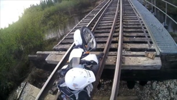 ชีวิตเศร้าแท้ !! สิงห์นักบิดซิ่งบนรางรถไฟ ไม้หมอนหักร่วง ติดคาทั้งคนทั้งรถ