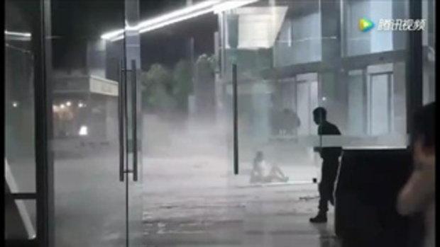 เฉิงตูเจอฝนถล่ม ลมกระโชกแรงพัดปลิวไม่ยั้ง