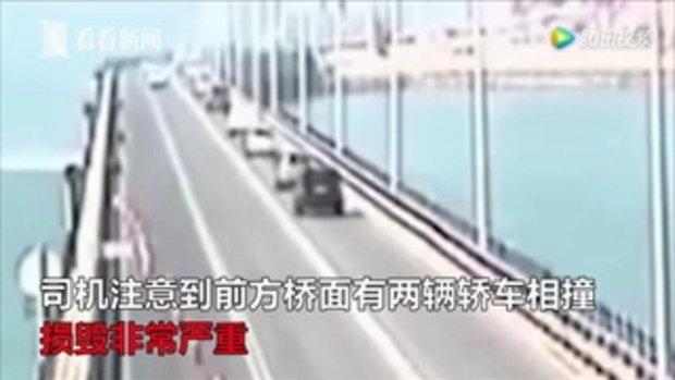 ระทึก! รถเทรลเลอร์หลบเก๋งชนกัน เสียหักชนราวกั้นสะพานร่วงทะเล