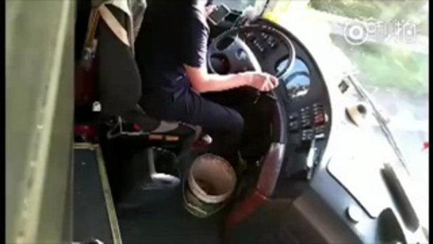 แบนตลอดชีพ! หนุ่มโชเฟอร์ขับรถเมล์ แต่ดันปอกแอปเปิ้ลกิน แถมวิดีโอคอลไปด้วย
