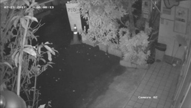 หนุ่มโพสต์ตามตัว! ขี้เมาที่ไหนไม่รู้ ขับชนประตูบ้านพัง แล้วกลับรถขับไปหน้าตาเฉย