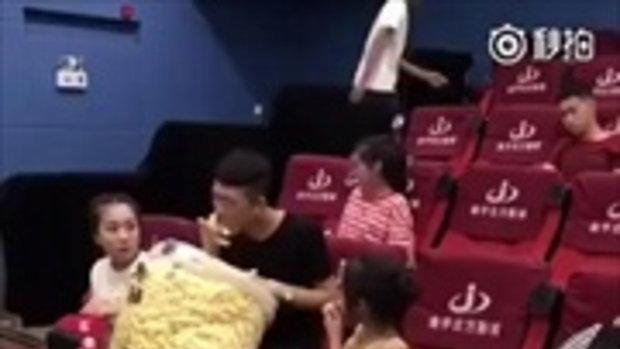 ใหญ่กว่านี้มีอีกไหม ? หนุ่มจีน หิ้วป๊อปคอร์นถุงยักษ์เข้าโรงภาพยนตร์