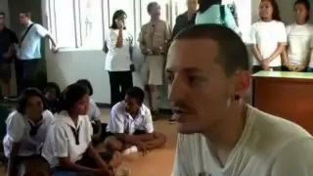 ย้อนดู Chester Bennington เมื่อครั้งช่วยเหลือและมอบเงินบริจาคให้โรงเรียนในภูเก็ต