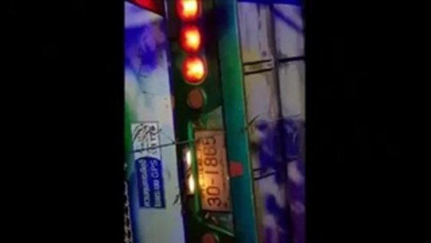 คว่ำระทึก !! รถบัสรับส่งพนักงานฮิตาชิ หักหลบกระบะต่างฝ่ายต่างพุ่งลงคูน้ำเจ็บระนาว