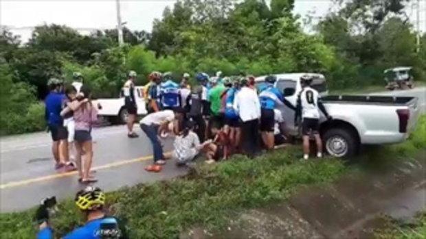 น้ำใจคนไทย !! ทีมนักปั่นสองล้อรวมพลังยกปิกอัพ ช่วยหญิงสาวติดใต้ท้องรถ