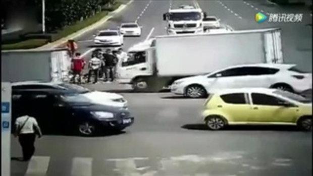 ตร.จราจรจีนร้อนจัดเป็นลมกลางถนน ปชช.วิ่งช่วยหามส่งรพ.