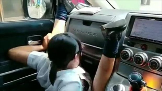 ฮาลั่นโซเชียล !! ผลของการนั่งพาดขาบนรถ ยิ่งตอนรถเบรกนี่รู้เรื่องเลย...