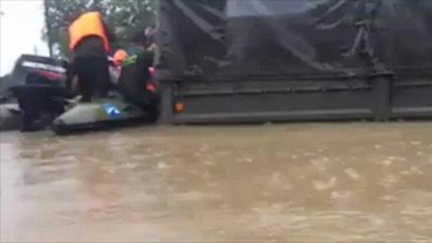 พี่ๆทหารกับภารกิจอพยพประชาชนที่ประสบภัยในพื้นที่น้ำท่วมสูง
